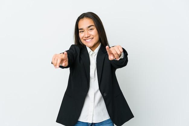 Sorrisos alegres de mulher de negócios asiáticos jovem apontando para a frente.