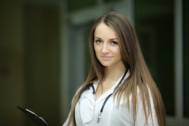 Sorrisos de médico feminino
