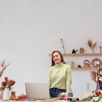 Sorrisos de pessoa de empresário de pequenas empresas