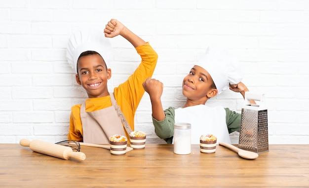 Sorte dois irmãos afro-americanos crianças vestidas como chef