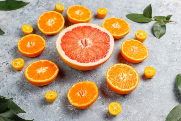 Sortidas frutas cítricas, limão, laranja, limão, tangerina, kumquat, toranja fresca e colorida, vista superior