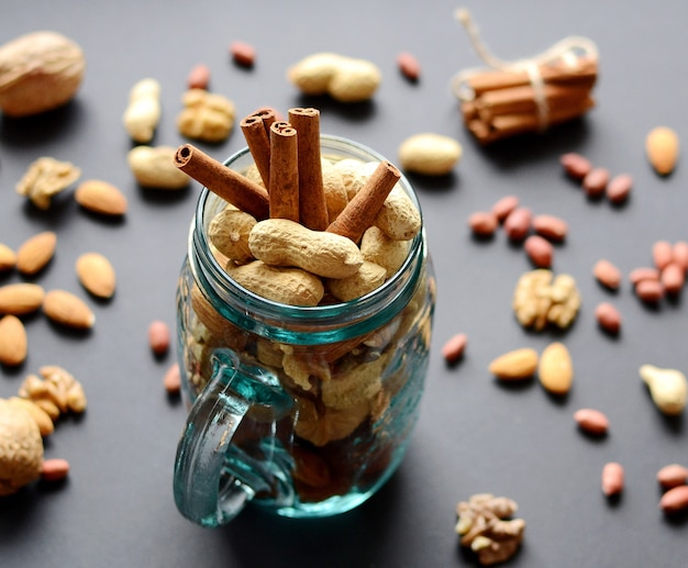 Sortidas nozes mistas em uma jarra de vidro, amendoins, amêndoas, nozes.