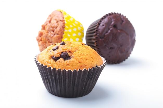 Sortido com deliciosos cupcakes caseiros com passas e chocolate, isolado no fundo branco. bolos.