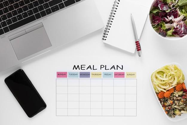 Sortido de alimentos nutritivos com laptop