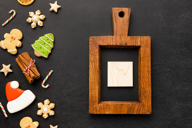 Sortido de biscoitos de gengibre de natal com cubo de madeira
