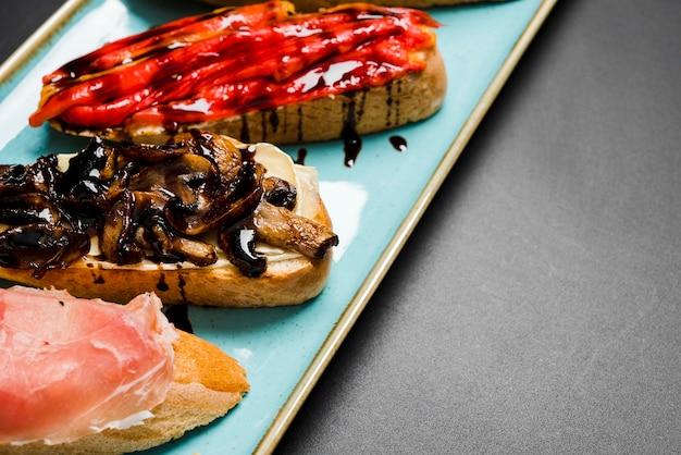 Sortido de bruschetta delicioso close-up
