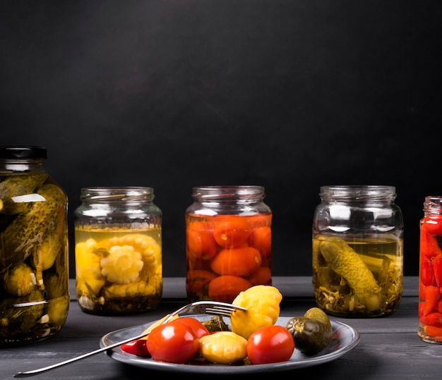 Sortido de deliciosos legumes em conserva