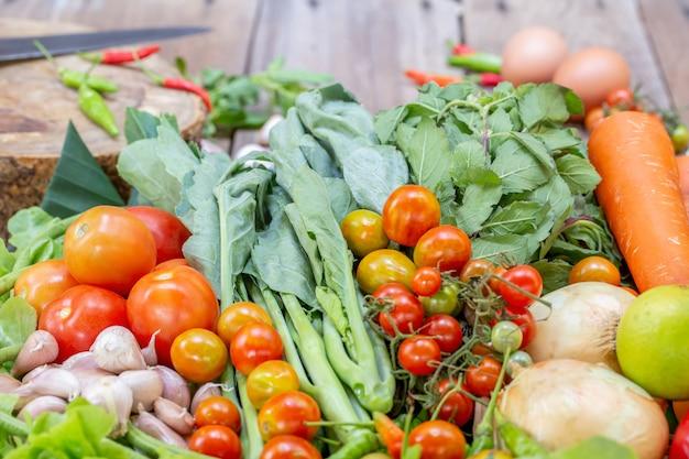 Sortido de frutas e legumes frescos maduros