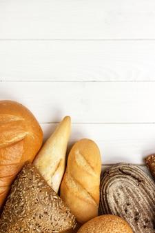 Sortido de pão assado na mesa de madeira