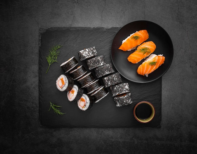 Sortido de sushi com molho de soja