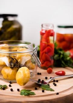 Sortido deliciosos legumes em conserva