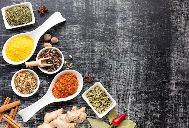 Sortidos de especiarias aromatizadas na mesa