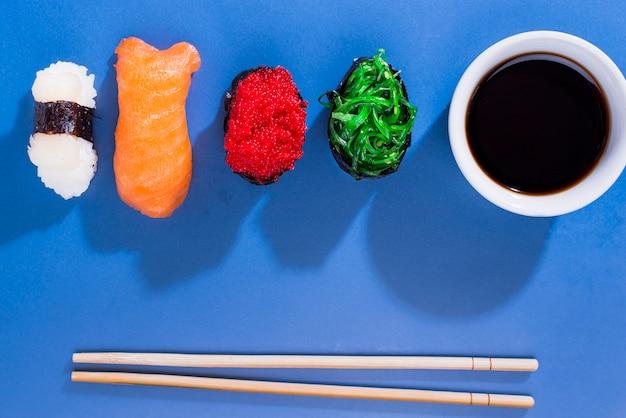 Sortidos de rolos de sushi com molho de soja