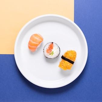 Sortidos de sushi no prato