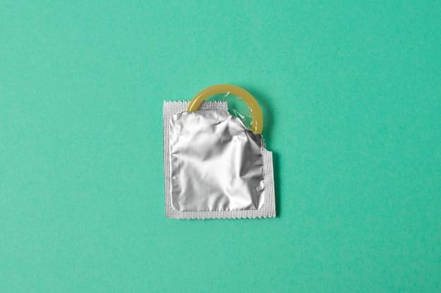 Sortimento abstrato de saúde sexual com preservativo