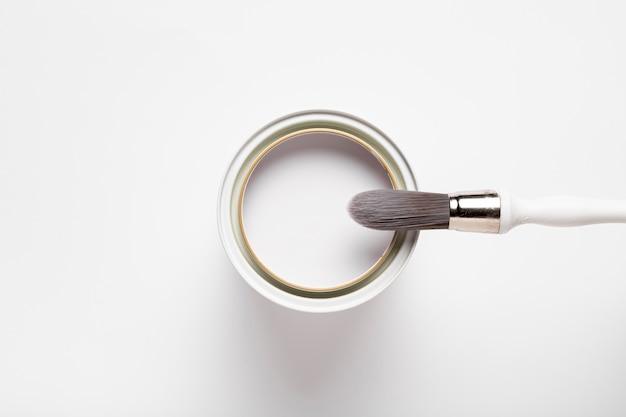 Sortimento acima da vista com pincel e recipiente de tinta