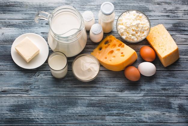Sortimento de mercearia de produtos lácteos na mesa de madeira rústica