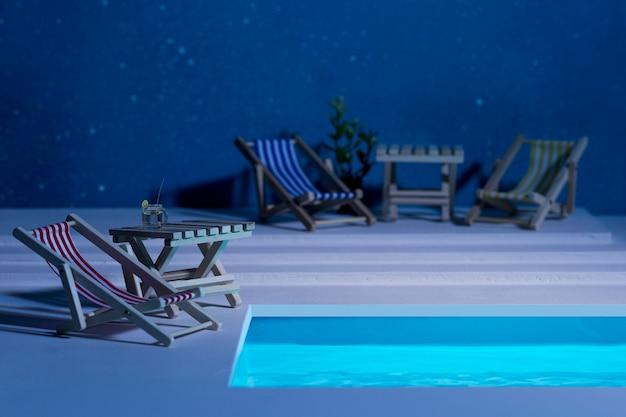 Sortimento de natureza morta para piscina noturna