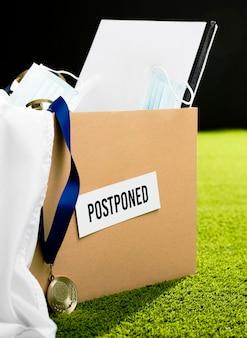 Sortimento de objetos de evento esportivo adiado na caixa