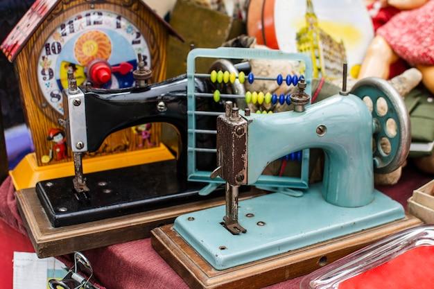 Sortimento de objetos de mercado de antiguidades