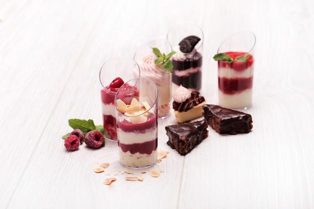 Sortimento de sobremesas com frutas e chocolate