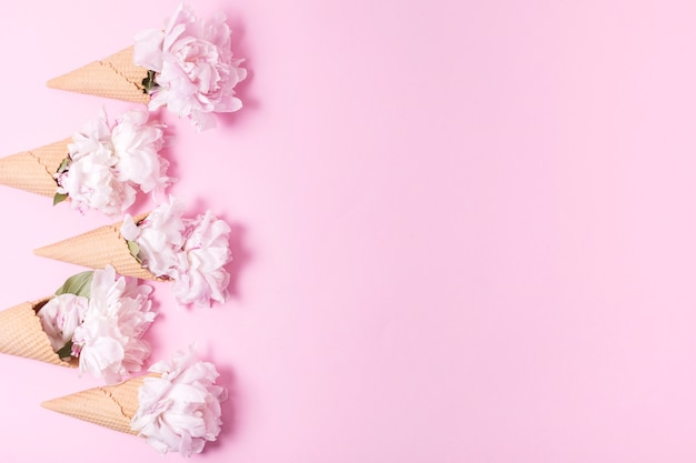 Sorvete abstrato com buquê de flores e espaço de cópia