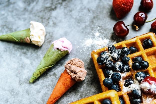 Sorvete apetitoso com frutas e waffles, o lanche ideal em um restaurante no verão.