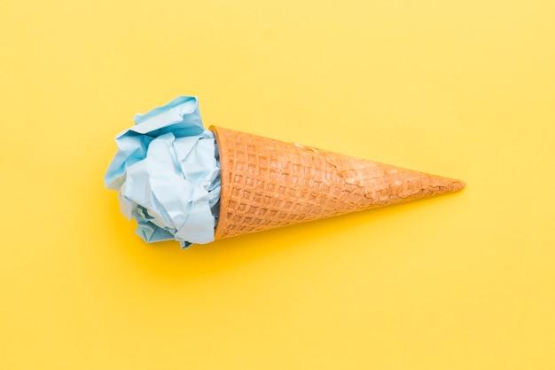 Sorvete azul falso no cone de açúcar