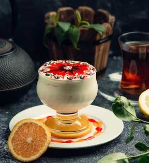 Sorvete branco com sirope de morango em cima da mesa