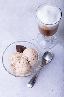 Sorvete caseiro com gotas de chocolate em uma tigela