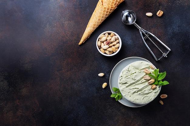 Sorvete caseiro com pistache e hortelã