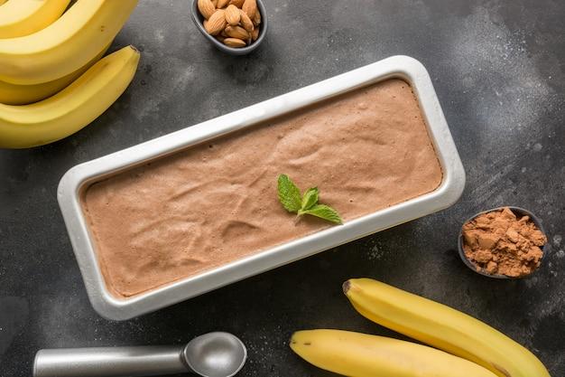 Sorvete caseiro de chocolate com banana