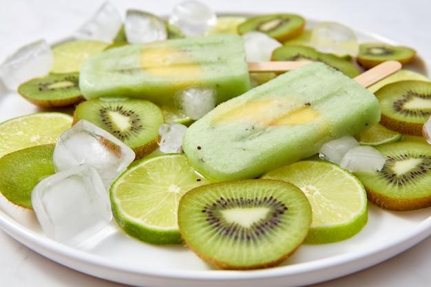 Sorvete caseiro no palito com um pedaço de fruta