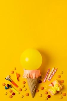 Sorvete de balão amarelo com espaço de cópia