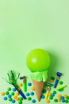 Sorvete de balão verde com espaço de cópia