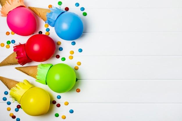 Sorvete de balões coloridos sobre fundo branco, com espaço de cópia