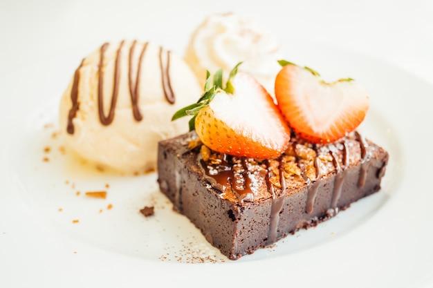 Sorvete de baunilha com bolo de brownie com morango em