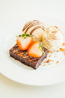 Sorvete de baunilha com bolo de brownie de chocolate com morango por cima