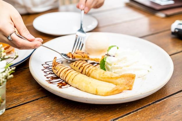Sorvete de baunilha com crepe de banana e chantilly