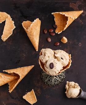 Sorvete de café em um cone de waffle. sobremesa doce de verão.