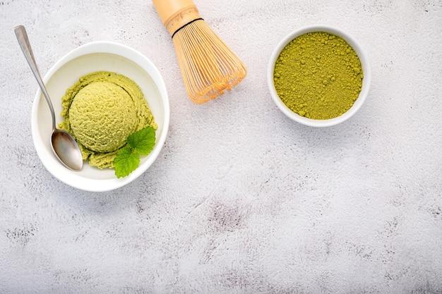 Sorvete de chá verde matcha com batedor de matcha