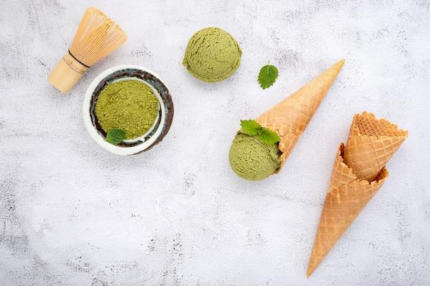 Sorvete de chá verde matcha com casquinhas de waffle