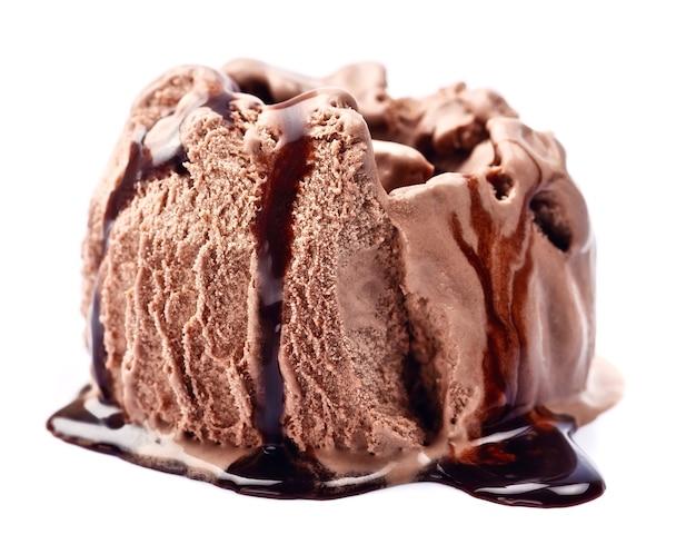 Sorvete de chocolate com cobertura em branco