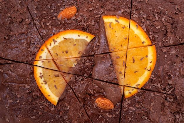 Sorvete de chocolate com fatias de laranja e amêndoas.