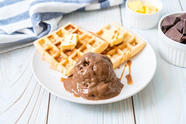 Sorvete de chocolate com waffle