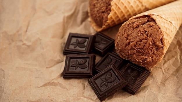 Sorvete de chocolate em casquinha de waffle em papel artesanal
