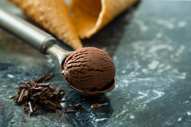 Sorvete de chocolate na colher