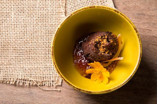 Sorvete de chocolate vegan, creme de tangerina e coco.