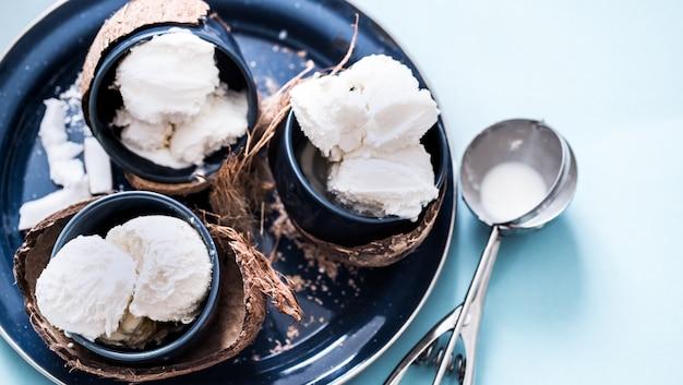 Sorvete de coco em uma mesa azul