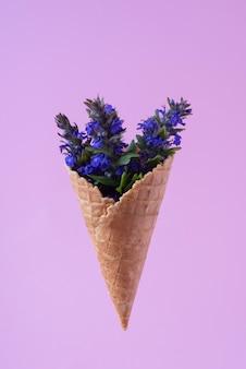 Sorvete de flores silvestres azuis em fundo roxo
